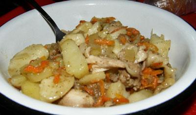 картошка на сковороде с морковью и луком и