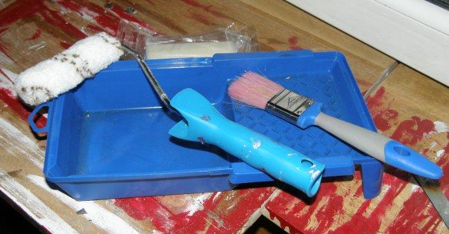 Инструменты для окраски: кюветка, кисть, валик